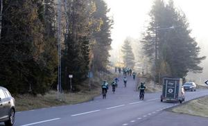 På väg mot Mora ger sig Jörgen Claesson och hans kompisar.