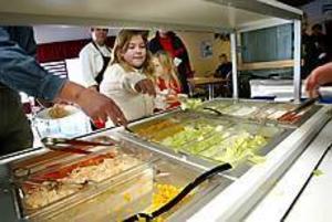 Foto:GUN WIGH Grönt. På Källöskolan i Bomhus äter alla barnen grönsaker varje dag. Det måste de, säger fröken. Dessutom har skolan en motionsslinga som används flitigt. Enligt skolsköterskan är resultatet tydligt: Mer koncentrerade elever.
