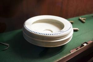 En spottkopp är ett av föremålen som bevarats sedan hotelltiden.