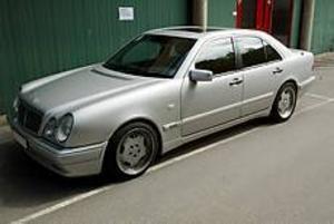 Foto: Lars Wigert  Mercedes. I den här tyska lyxbilen färdades den 45-årige man som bor hos sin flickvän i Gävle och en 33-årig man hemmahörande i Uppsala.