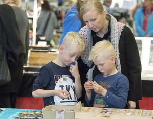 Emil och Noah Zetterqvist på skattjakt med mamma Elle-Kari Gustafsson.