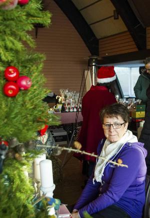 Ingela Svedberg sålde egentillverkade kransar på Köpmanbergets julmarknad i lördags.