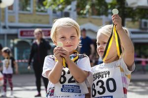 Syskonen Carl och Selma Wigren visade stolta upp sina medaljer som de fått vid målgången av Barnens lopp.
