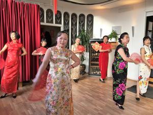 Som en dans visades den traditionella dräkten qi pao. Längst fram syns Hua Ying Li Uhr.
