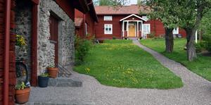 Makarna Domfors vackra och pietetsfullt renoverade gård i Utigålan, Lissdanielsgården, minner om den gårdsbebyggelse som fanns i nuvarande Djurås när orten var en by – Skogen – med tre gårdsklungor.