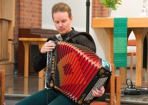 Dragspel är egentligen ett blåsinstrument, fast det är en bälg och inte musikerna mun som blåser. Lars Emil Öjebacken är Duo Symbios dragspelare.
