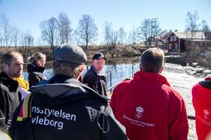 Ägaren Stefan Åkerlund guidade miljödomstolen runt Vade kraftverk på tisdagen.