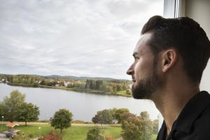 På Bollnäs stadshus sjunde våning har Kristoffer Lindberg en vacker utsikt över Ljusnan och skogarna runt Bollnäs.