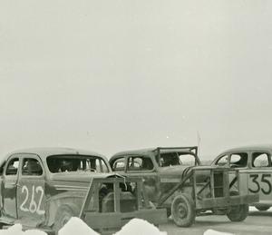 Bilarna hade krockskydd av järnskrot för att kunna knuffa varandra av banan.