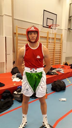 Carl Byström innan debutmatch i 81 kilosklassen.