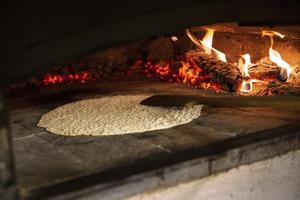 Det hårda brödet gräddas först en gång, sen får det svalna följt av att gräddas en gång till (bräckas) för att torka ur så det inte blir så segt.