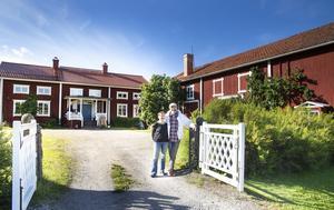 John Bergström och hans fru Eva Bergström vid sin gård i Trogsta.