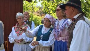 Fler personer borde pröva på att dansa folkdans, tycker insändarskribenten. Foto: Marjatta Kärki