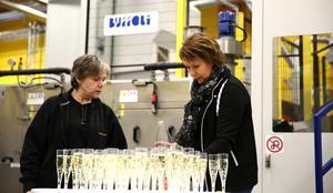 Lena Sjöstrand till vänster och Yvonne Mårten till höger serverar alkoholfria drinkar i samband med att den nya linjen för skärande bearbetning invigdes i början av året.