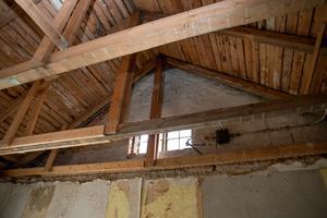 När Mimer började rusta upp huset i vintras upptäcktes att det läckt in vatten i taket. Därför har balkarna förstärkts och ett nytt lager råspont ska säkra upp det gamla taket.