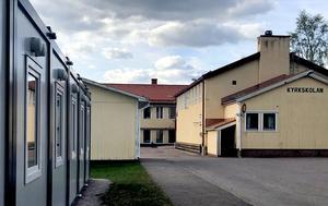 Kyrkskolan är trångbodd och dessutom i behov av upprustning. Till vänster ses moduler som används som bibliotek och lektionssal för slöjd.