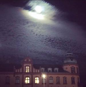 En kväll i oktober och Tellushuset lyser ikapp med månen.
