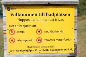 På badplatserna finns tydliga instruktioner och förhållningsregler för besökare.