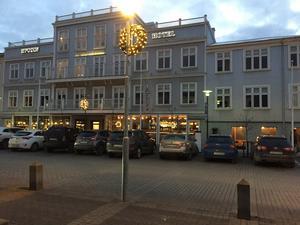 Baren Klaustur ligger till höger om hotellingången, ett kort stenkast från alltinget.