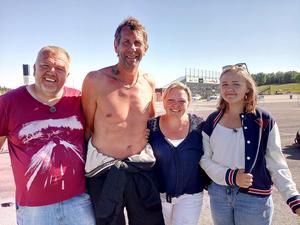 Totto Höök tillsammans med Magnus Wislander, frun Nina och dottern Emelie. Saknas på bilden gör äldsta dottern Nellie som också kör folkrace. FOTO: Privat