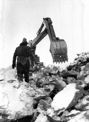 Med bulldozer och spelverk lyckades man få upp både grävskopor och manskapsbaracker på 1270 meters höjd när sprängningarna för kabinbanan påbörjades.