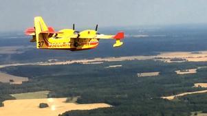 Franskt brandflyg flyger över skogsbranden i Västmanland 2014. Foto: Sécurité civile