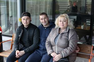 Familjen återförenad. Valeri och Inna, som åter bor i Krasnogorsk, tillsammans med sonen Ilja utanför Arenahotellet i Uppsala.