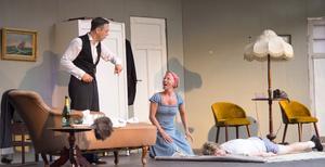 Nicklas Linds Justus och Ida Jensens Cornelia tar hand om stackars Janne (Anders Axelsson) som får tåla en hel del.