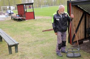 Pinge visar upp en av korgarna som ska användas i linbanan som ska gå över kortsidan av fotbollsplanen.