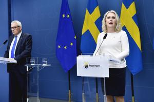 Anders Knape, ordförande i SKR, och socialminister Lena Hallengren (S) om satsningar inom äldrevården under en pressträff i Rosenbad.Foto: Jessica Gow / TT