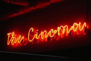 Neonskylten vägleder till biografen.