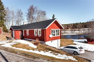 Timmervilla vid Sundbornsån med egen brygga. Foto: Kristofer Skog