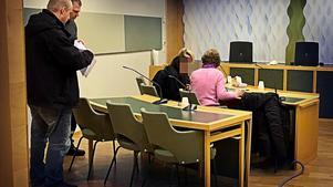 Arkivbild från häktningsförhandlingen i Västmanlands tingsrätt 8 januari när 16-åringens mamma häktades.