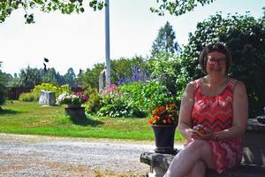 Margot Holst i trädgården.