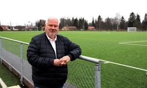 Konstgräsplanen invigdes i september 2018 och har inneburit ett lyft för Krylbo IF. Ordföranden Stig Lindqvist ser nu fram emot att få belysningen på plats.