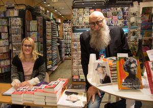 Jessica Schultze Britse och Anders Öhrn signerar böcker i Vängåvans bokhandel.