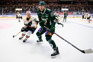 Johan Ryno med pucken i en SHL-match mot Djurgården. Foto: Bildbyrån.