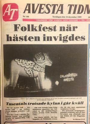 Den 13 december 1989 invigdes Dalahästen inför tusentals åskådare i närmare 20 minusgrader. Faksimilen är från Avesta Tidning torsdagen den 14 december 1989.