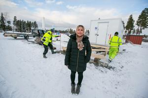 Med hjälp anställda från maken Torbjörn Månthéns företag Ångsta byggnadsgrunder AB så växer det nu vid vagnen  fram ett 9 kvadratmeter stort förråd och ett trädäck  på ungefär 20 kvadratmeter.