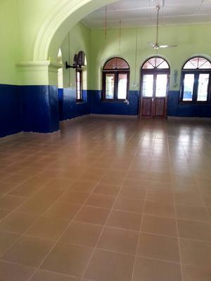 – Så här blev nya golvet med klinkers som jag beslutade mig för att bekosta till barnhemmet. Innan var det ett strävt betonggolv som gjorde illa barnens knän och armar då de kröp omkring på det. Tillsammans med Dahmmike från IndiGo Travels lokala samarbetspartner på The Green Lion åkte jag runt hos olika firmor som lade golv för att se vad de kunde erbjuda oss. Med arbete och materiel kostade golvet tio tusen kronor. Tyvärr hann jag aldrig se det innan jag reste vidare för nytt volontärarbete till projektet Rädda Havssköldpaddan på södra Sri Lanka.