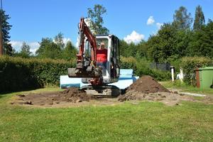 Först grävdes 30 cm jord bort för markarbetet och isolerplattorna.