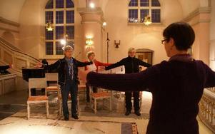Monica Fyhr, Anna Hansén och Sissi Knutsson utövar Qigong i kyrkan. Foto: Birgit Nilses Gröndahl