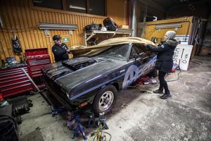 Bilen fixas det med till och från på ledig tid. Både kompisen Åke Nilsson och assistenten Linnéa Vallrud har fått spendera många timmar i garaget tillsammans med Kent Norberg.