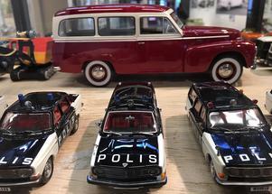 I bakgrunden en Volvo Duett 445, 1956. Polisbilarna är Volvo 144 och 145, 1969-70.