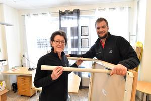 Anna-Lena Persson och Mikael Olsson på Fastighetsbyrån i Idre, gör plats för två skrivbord.