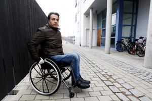 Flera gånger har rullstolsburna Senol Güzel blivit inskottad på Gävle strand. Planket som kommunen satt upp runt skandaltomten gör att det inte blir snöröjt.