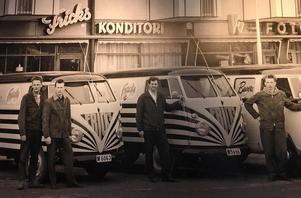 Bussar, bagare och chaufförer utanför konditoriet på 60-talet. Fr v Pelle Frick, Fingal Olsson, Eyvin Törnberg  (morbror till Emil Ollas mamma Karin!) och Lawe Frick. Fotot är lånat av familjen Frick.