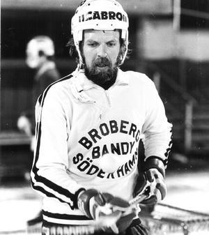 När Leif Wasberg återvände till Broberg var han plötsligt äldst i laget, flyttades ned som centerhalv och tog över kaptensbindeln.