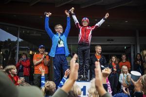 Lars Persson från Bjuråkers Gif vann loppet på 1200 meter bland killarna. Edvin Käller kom tvåa  och Nils Sjöstrand , som saknas på bilden, kom trea.