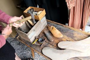 Anders Petter tillverkade skor till alla barn så att de skulle kunna gå i skolan.